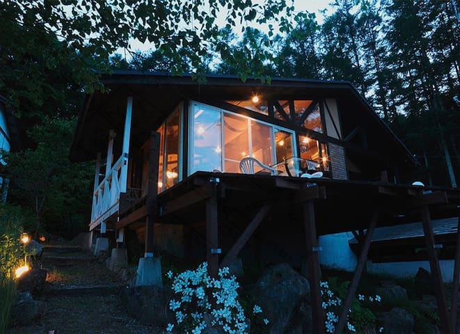 八ヶ岳が目の前の南欧風ヴィラ 。4人の料金の貸切り別荘