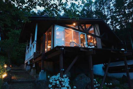 八ヶ岳が目の前の南欧風ヴィラ 。4人〜6人の貸切り別荘