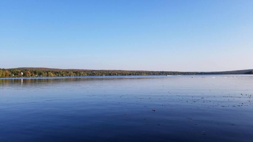 Chalet avec grand terrain sur le bord du lac !