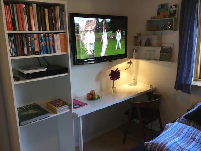 Værelse 1 med skrivebord og TV