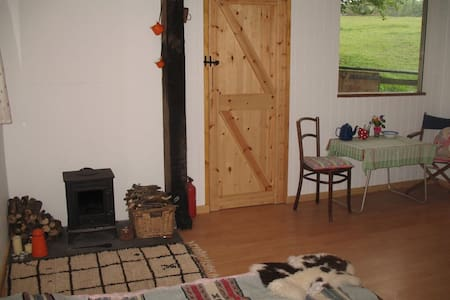 Rustic 2bd cabin on horse ranch - Buckfastleigh - Bed & Breakfast