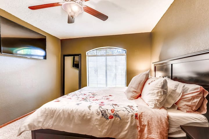 Glendale Oasis offers this peaceful room with a king size bed and private television at the end of the hallway. Roll away beds offers a variety of sleep configurations for up to 12 people.