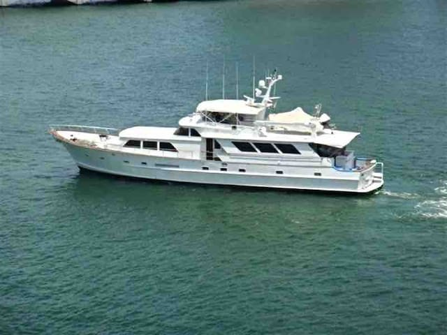 Yacht- White 90 foot 3 Bed 6 Bath- Luxury Property