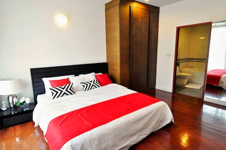 Homey Ensuite Kingsize Bedroom by the lumpini park