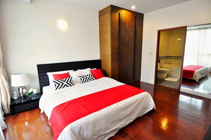 Homey Ensuite Kingsize Bedroom by the lumpini park