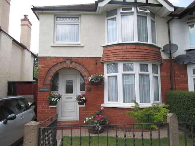 3 bed semi in tree lined road - Gloucester - Huis