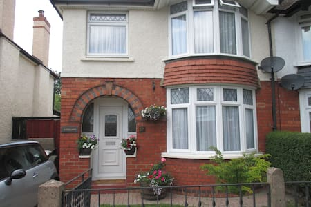 3 bed semi in tree lined road - Gloucester