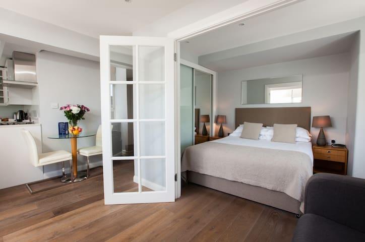 Trendy Studio Apartment - Sleeps four adults