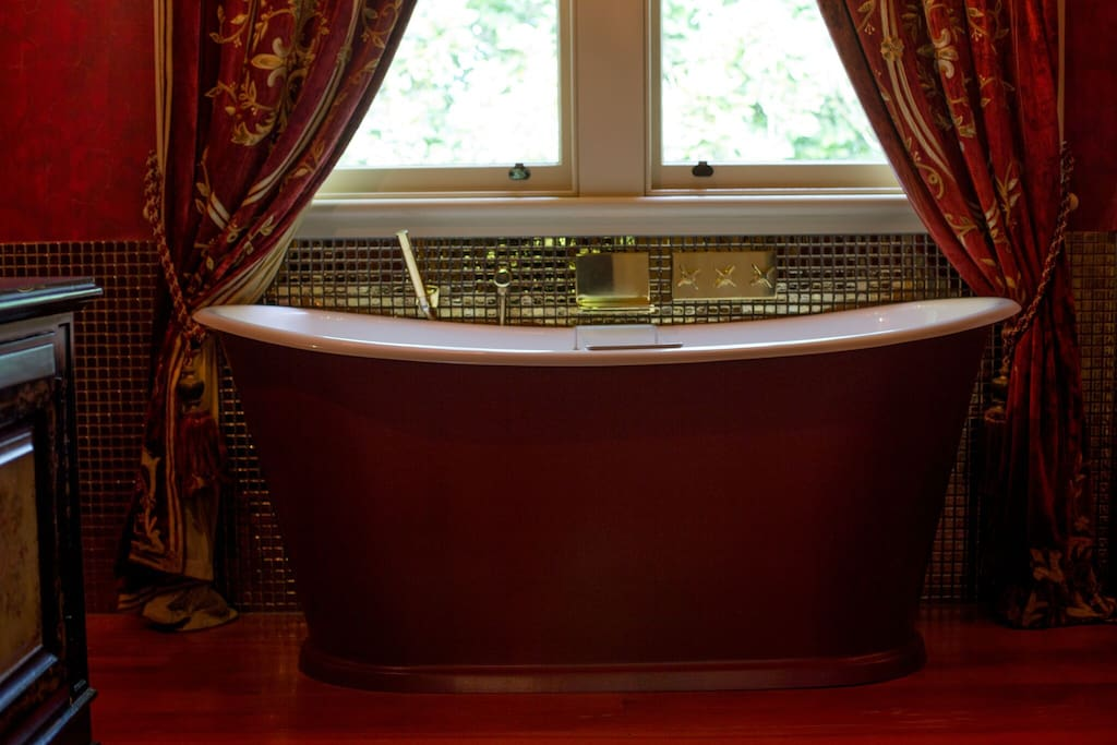 Reigner Room Bathtub