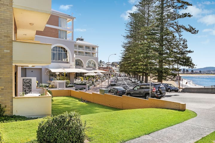 Beachfront Terrigal - Across from the beach!