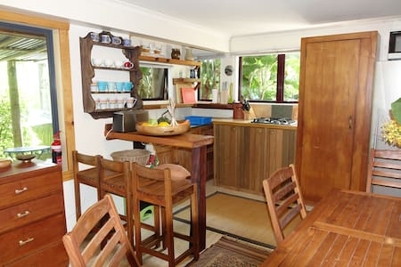 Quirky, tropical,  Whale Bay flat - Raglan