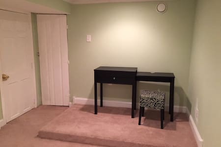 Roomy Bedroom in Lovely Cul De Sac - Brookline - House