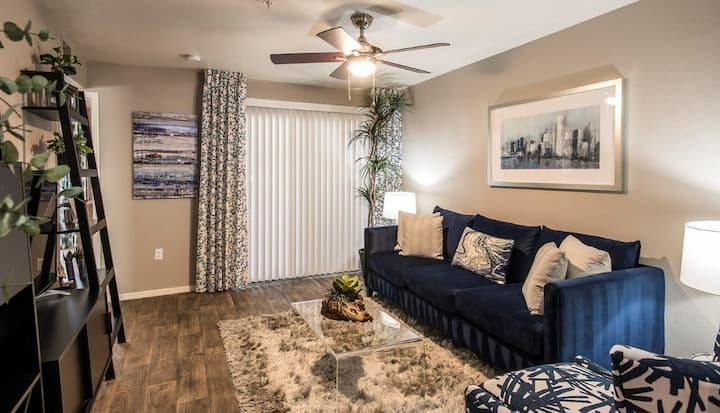 Upscale 3BR w/ pool, gym and more in Phoenix