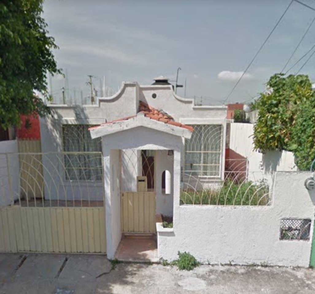 Casa simple y sencilla, sin lujos, pero con el calor y la.dinamica de la.familia, cuenta.con estacionamiento, sala, comedor, baño, dos cuartos, holl, patio.