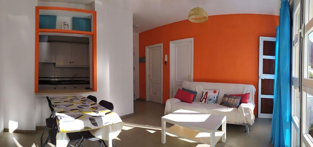 """""""Luz del Cielo"""" peut accueillir 4 personnes (chambre et canapé lit) - Panoramique de l'appartement avec au fond 2 portes blanches : à gauche la salle de bain, à droite la porte de la chambre"""