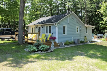 Balm Beach Cottage, large private lot, air cond. - Mökki