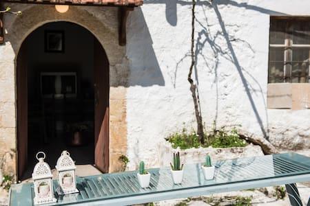 Traditional Home - Αλικαμπος - Talo