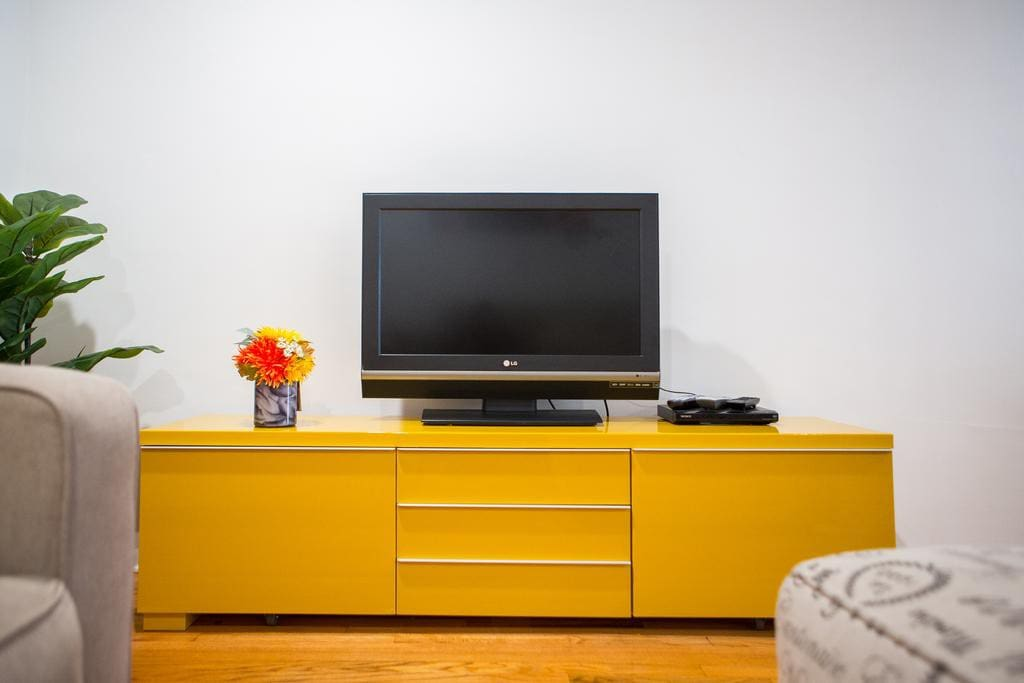 Entertainment room with Cable and Netflix