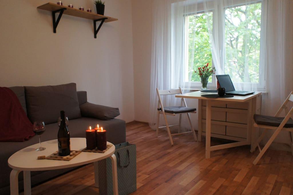praktyczny stół/biurko z opuszczanym blatem