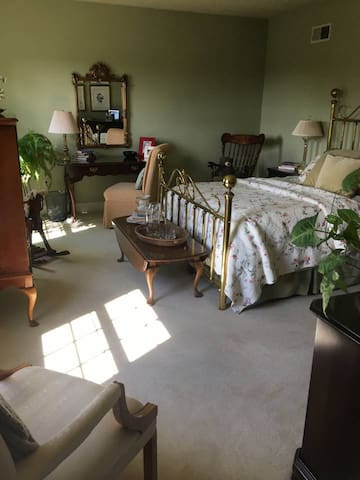 Lititz Brass Room (cozy bedroom in a shared home)