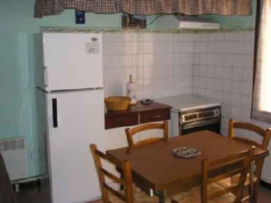 La cuisine équipée (vaisselle, plaques de cuisson au gaz, four électrique, micro-ondes, frigo, congélateur, lave-linge, etc.)
