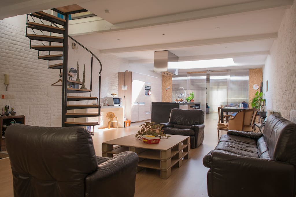 Make yourself at home in this living room / Détendez-vous, faites comme chez vous!