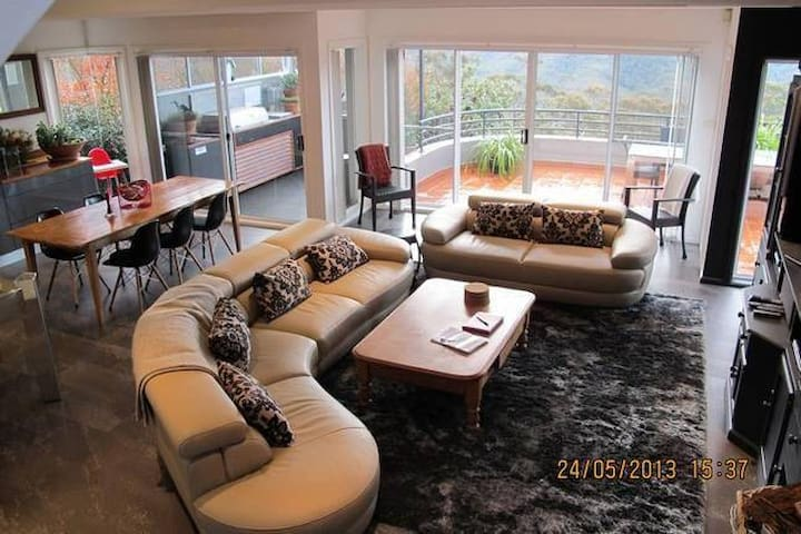 View 21 Luxury Executive Home - Wentworth Falls - Huis