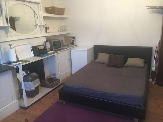 LARGE STUDIO ROOM 1 SELF CONTAINED  & SHARED BATH.