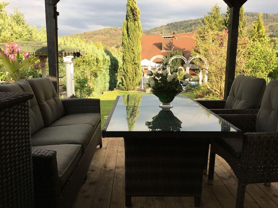 Grill-Lounge mit Blick auf den Garten