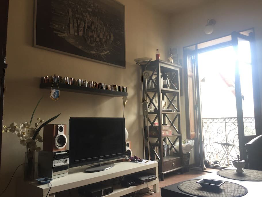 """Salon avec: petit balcon, cafetière """"Tassimo"""", TV, chaîne Hifi, PlayStation 3, canapé lit, méridienne, rangement... etc"""