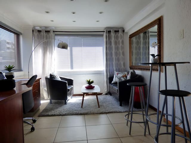 Great location on Rivonia, 1 bedroom apartment - 桑頓 - 公寓