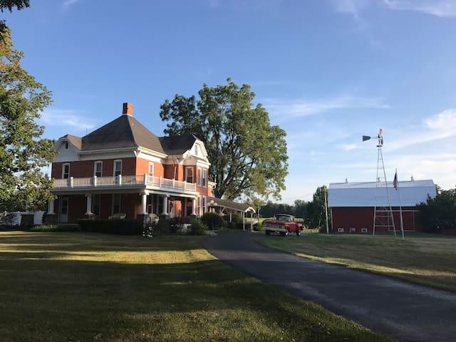 Schönbrook Farm & Inn - Shipshewana & Notre Dame