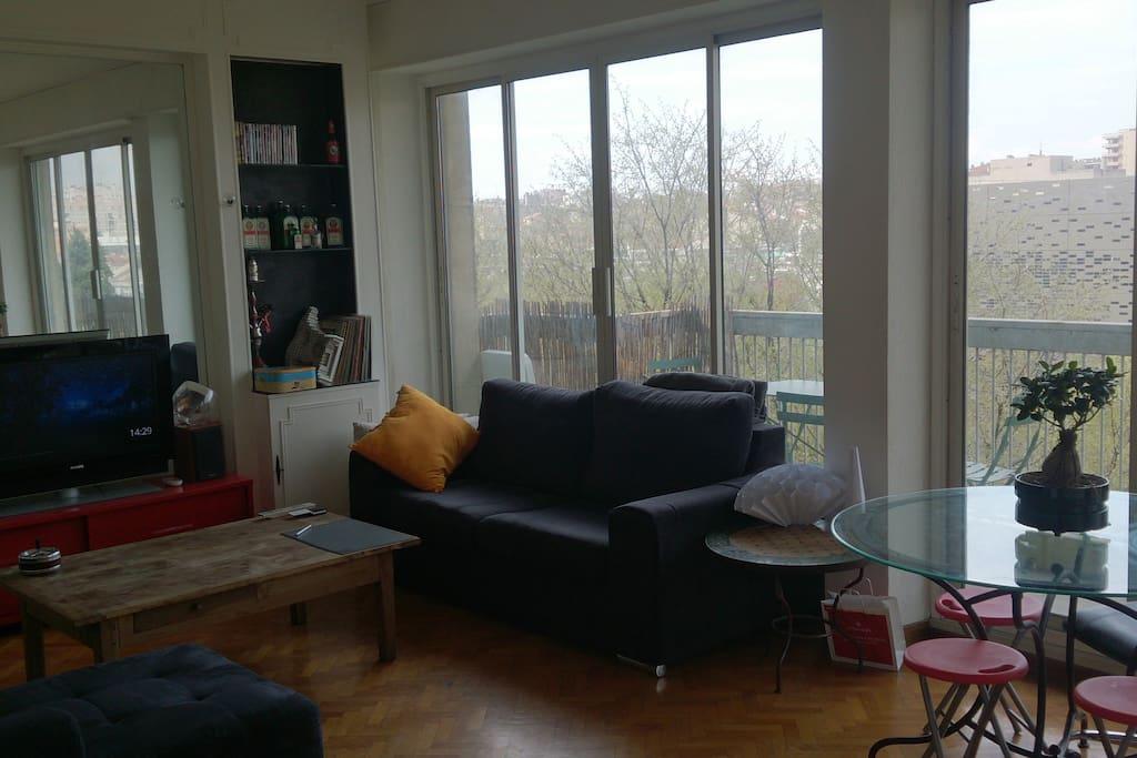 Salon avec balcon traversant