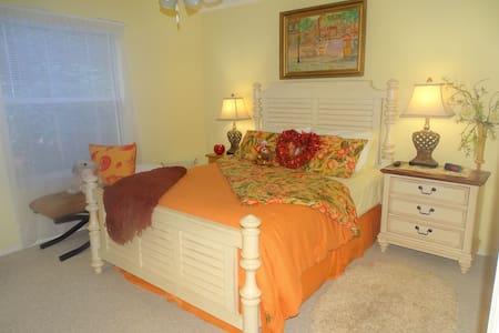THE VILLAGES Luxuries Villa! LOCATION TO LIVE FOR!