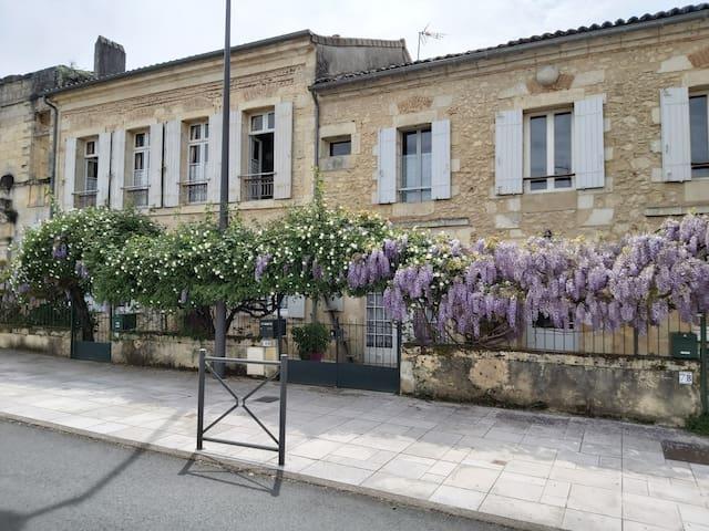 Petite maison de caractère sur la place du village