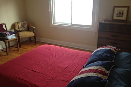 Cosy room in a cosy house in Thorold - Thorold - Ev