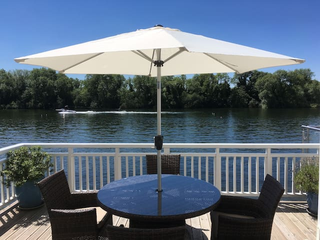 Beautiful 2 Bedroom Lakeside Lodge in Cotswolds