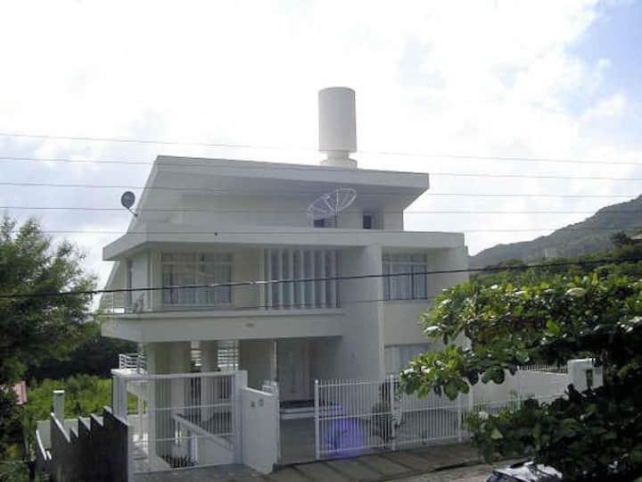 Casa Praia Brava com 4 quartos