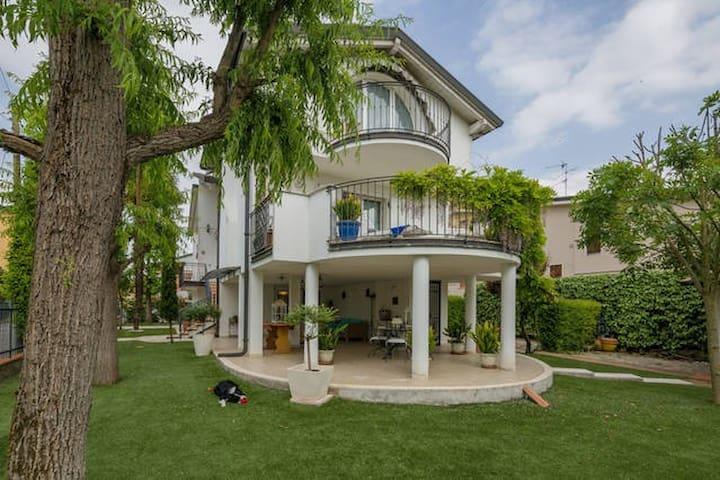 Villa del Glicine a 6 km dalla città