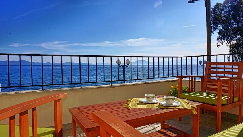Sea front  two bedroom house,comfortable and cosy! - Καλά Νερά - Appartement