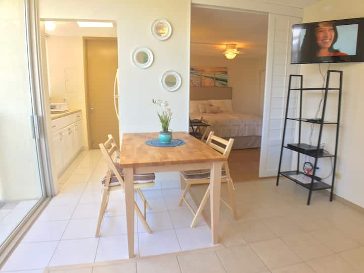 One Bedroom 5 guests w/ Parking in Central Waikiki