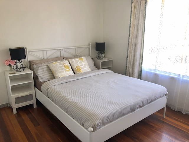 Spacious room + breakfast near Chermside Westfield