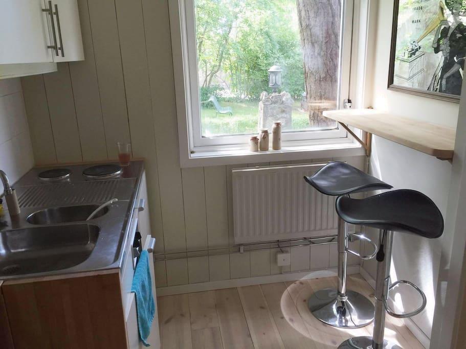 Litet pentry med vask och kyl.