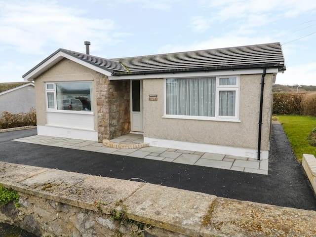 RHOS COTTAGE, family friendly, with a garden in Benllech, Ref 973870