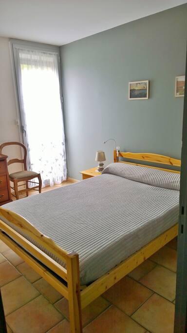 Chambre lit double- matelas confortable et impeccable- avec grande penderie.