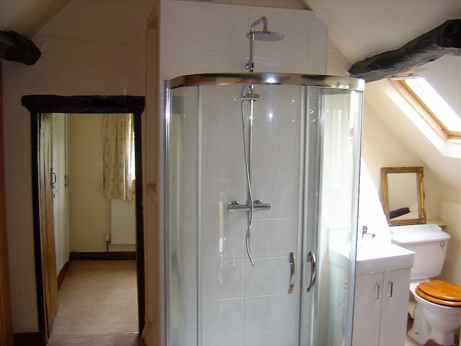( 2) This room has En-suite  shower and toilet facilities