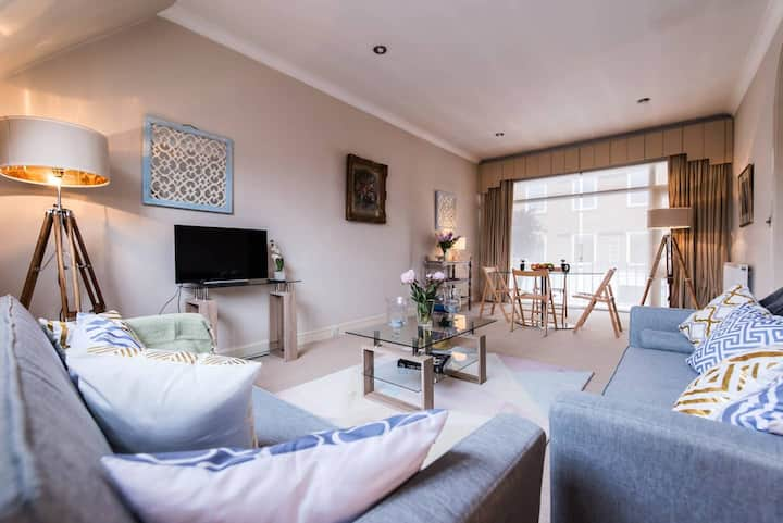 Beautifully Decorated 2 BDR Apt with Balcony