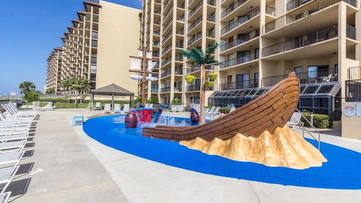 Trendy BEACHFRONT 1bd/1ba with Kids Splash Pad