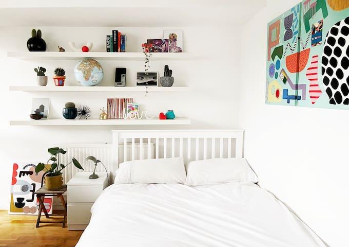 Lovely double room with balcony in Portobello area