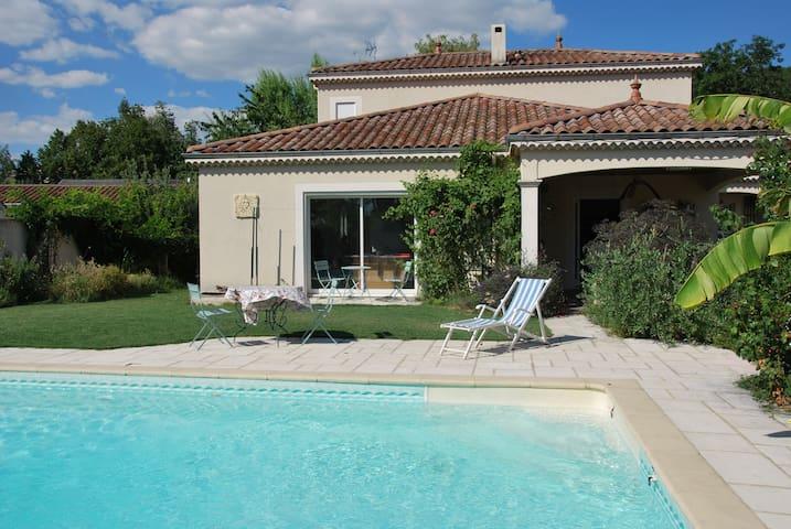 Grande villa avec piscine au coeur d'un village
